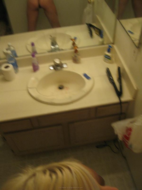 Голая блондиночка обожает делать селфи перед зеркалом