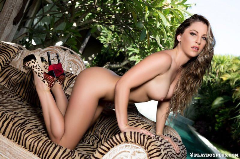 Сара оголяет красивое туловище у тигрового козетки