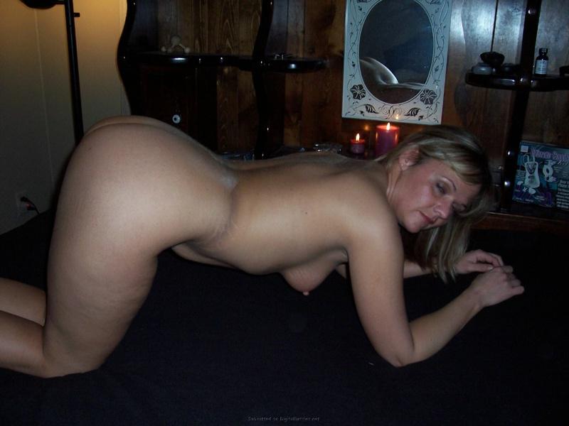 Ленка спускает светлую ночнушку сидя на кушетке