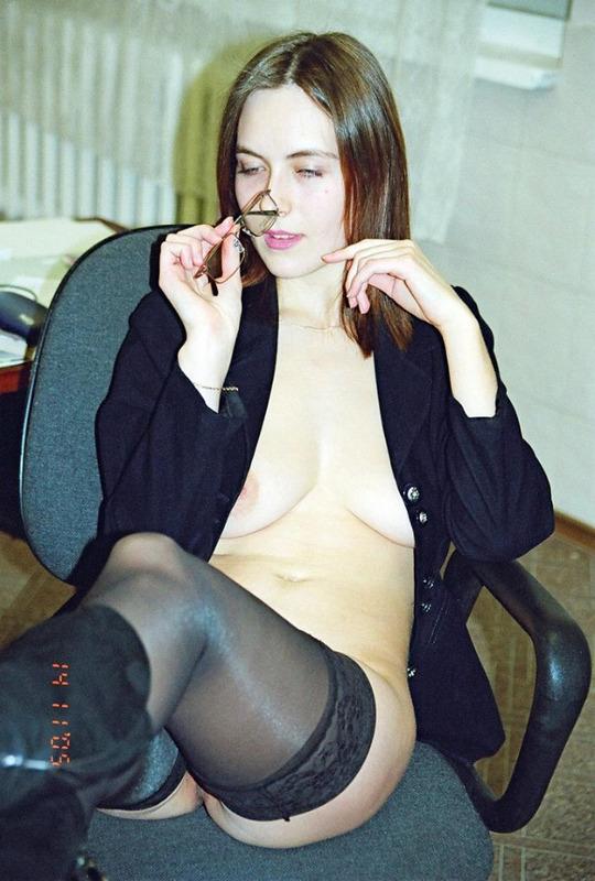 Похотливая помошница Ольга сняла лифчик в офисе