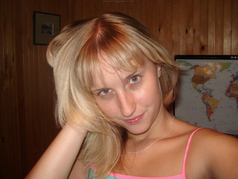 Светловолосая девушка тратит время на то чтобы показать влажную киску секс фото