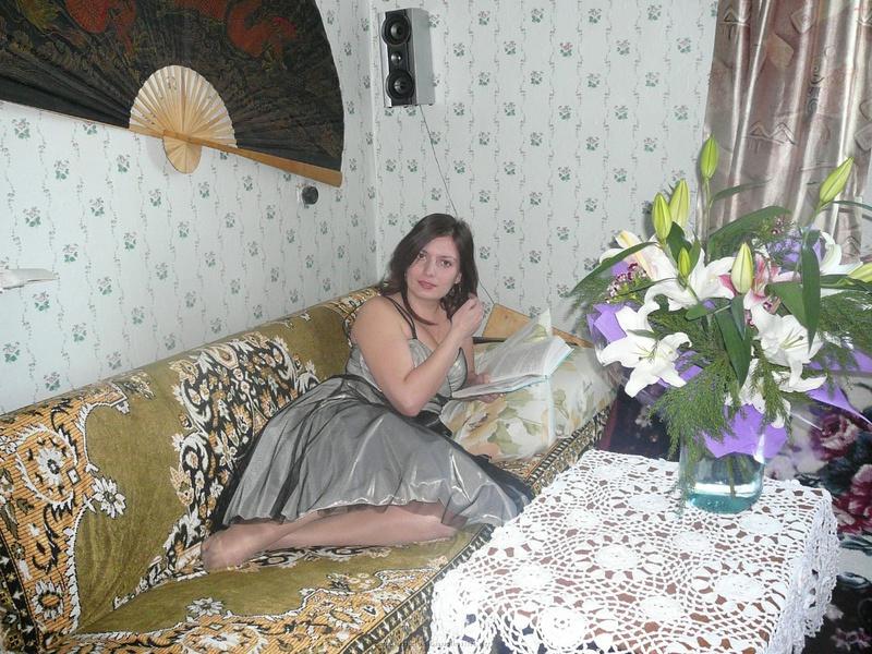 Мамаша примеряет разное белье посреди комнаты