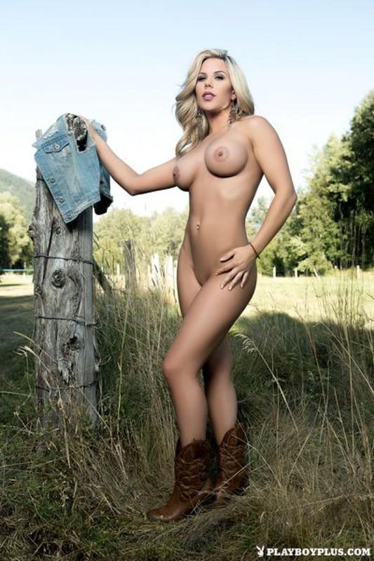 Келли сняла с себя все стоя на фоне ограждения секс фото
