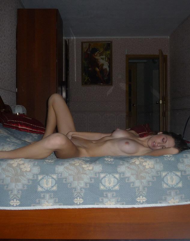 Ухоженная баба онанирует на софе без бикини