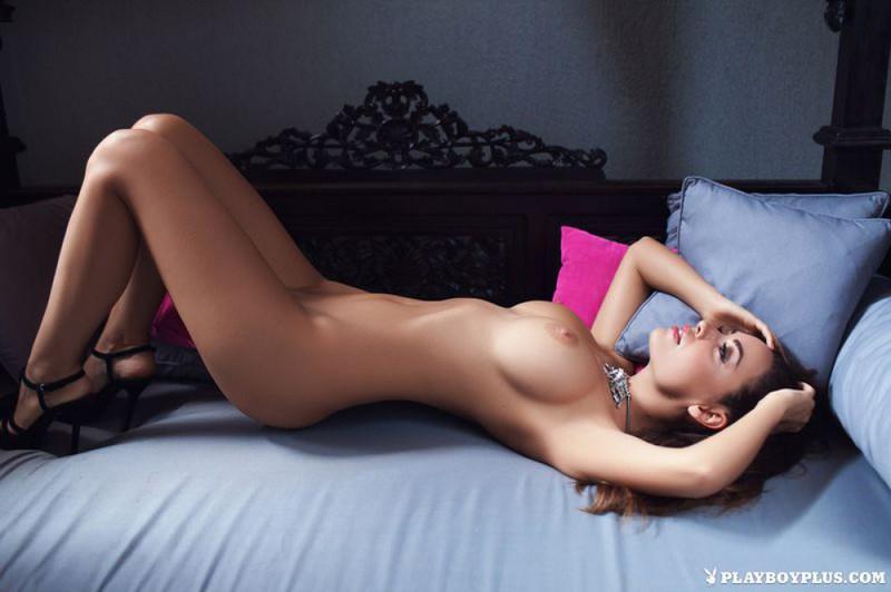 Адриана хвастается искусственным бюстом на удобном диване