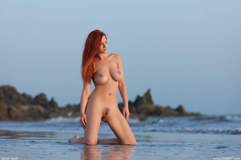 Раздетая Ариэль светит туловищем на морском побережье