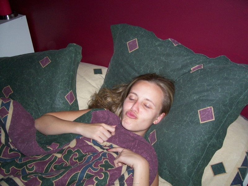 Фифа ласкает розовую письку лежа в постели