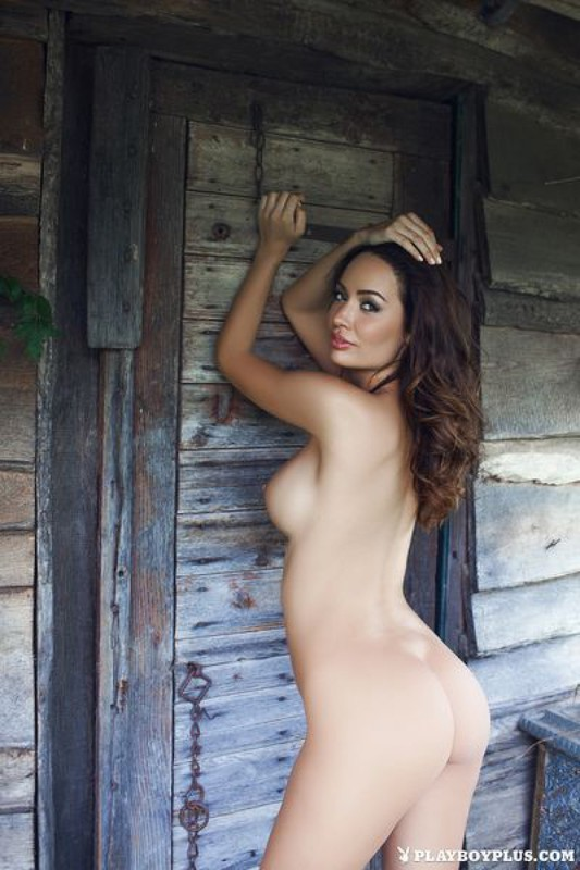 Развратная Адриана обнажает себя на крыльце секс фото