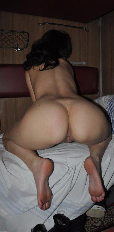 Бестия светит побритой киской в поезде секс фото