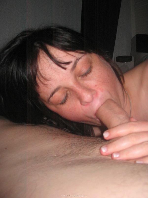 Уставшая брюнетка сосет член лежа в постели