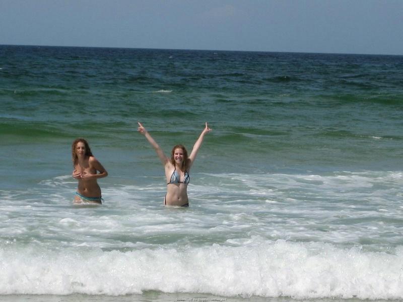Лесби веселятся на пляже без белья