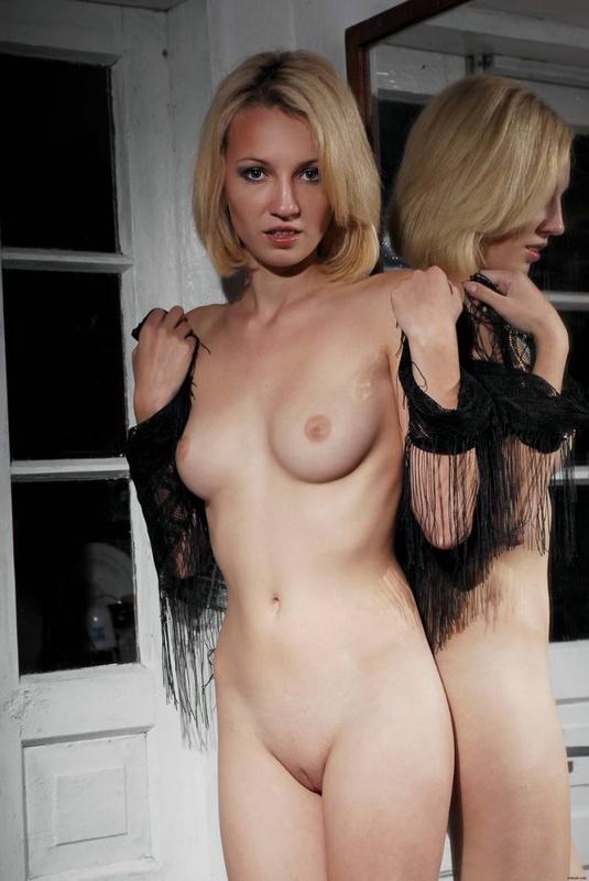 Баловница хочет блуд на фоне зеркала