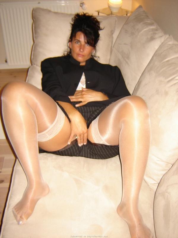Зрелая темноволосая девка блистает сракой на софе
