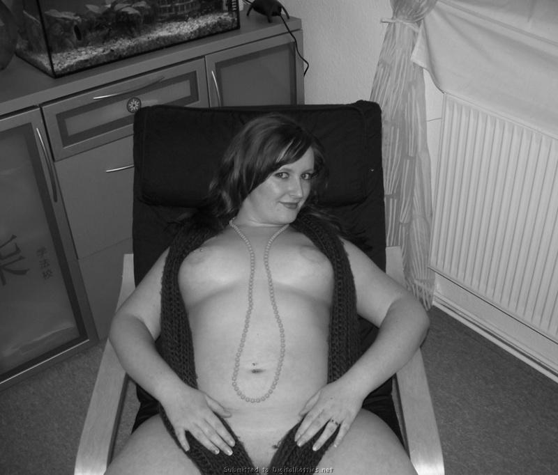 Ольга надев чулки показала пышное тело в спальне