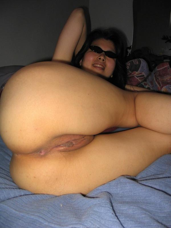 Китаянка с стриженной пилоткой хвастается на кроватке секс фото