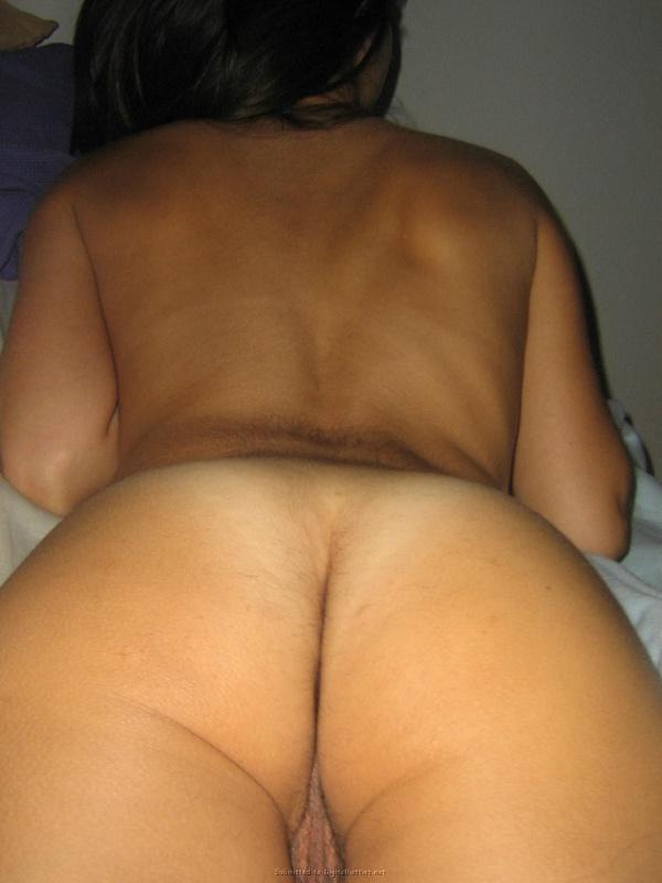 Армянка светит волосатой мандой в спальне