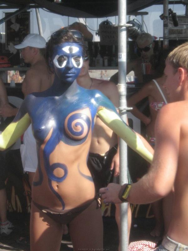 Киевлянка на фестивале разрисовала раздетые буфера