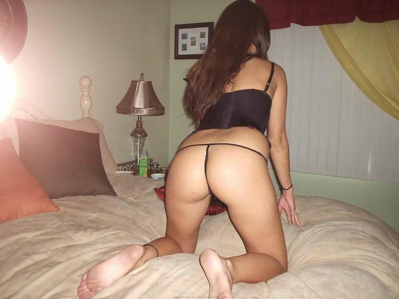 Совершеннолетняя красотка снимается на постели в одних трусиках секс фото
