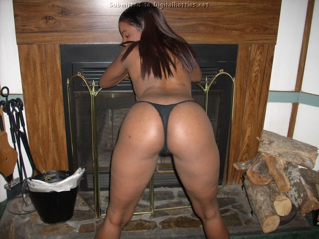 Негритянка показала большую жопу на съемной хате