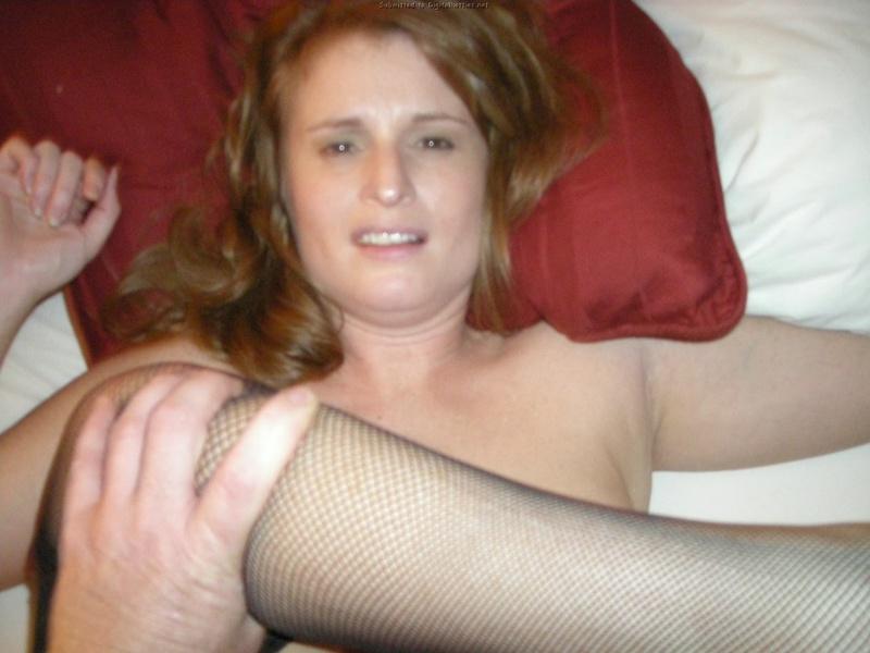 Русая жена согласилась отсосать на постели смотреть эротику