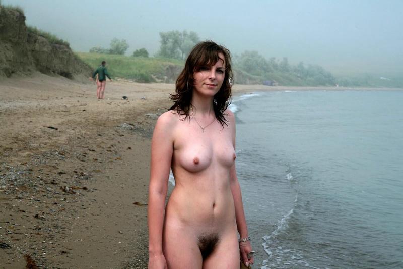 Модель осталась на побережье без купальника смотреть эротику