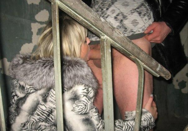 Красивую фетишистку жарят двумя членами в рот и писю