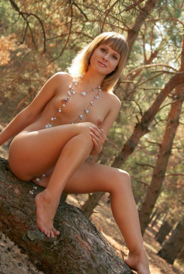 Обаятельная Ирина делает селфи нагая на свежем воздухе