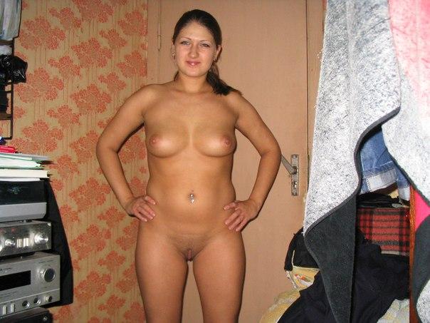Молоденькие сучки без одежды и нижнего белья позируют