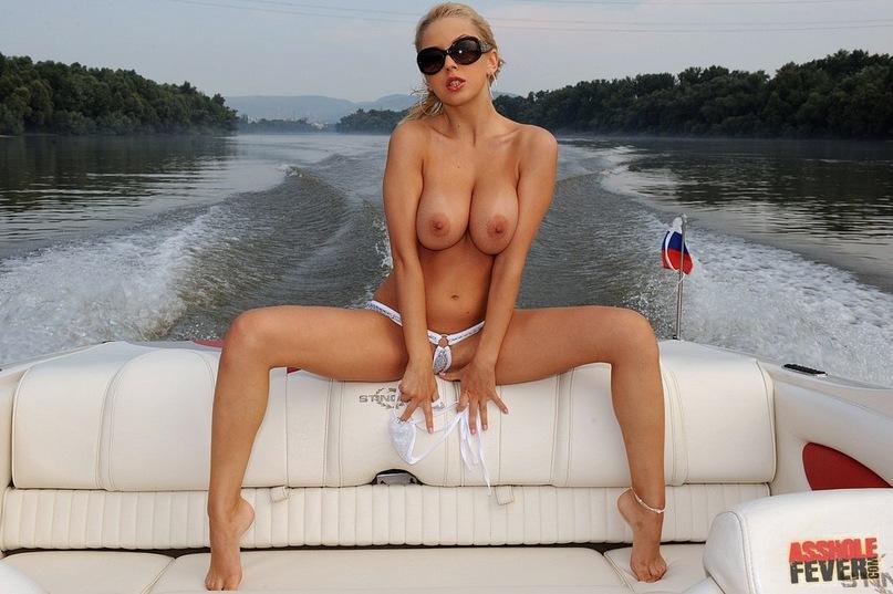 Хорошенькие сиськи у порно актирсы Менди секс фото