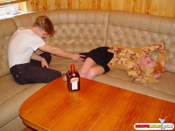 Парень напоим зрелую бабу и выебал ее в киску