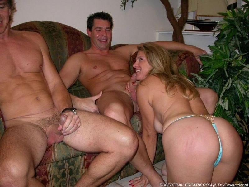 Зрелая супруга занимается групповым перепихоном с юнцами