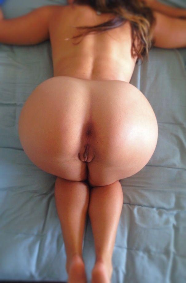 Сексапильные бабы без трусов демонстрируют задницы и половые губы