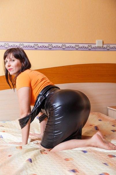 Тёлки позируют на курорте как только могут смотреть эротику