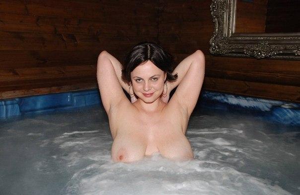 Голенькие профурсетки проводят время в бане