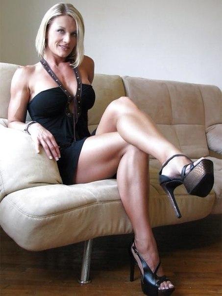 Зрелая женщина светит разработанной мандой расставляя ноги