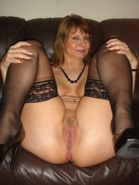 Голая женщина расставила ножки в гостях