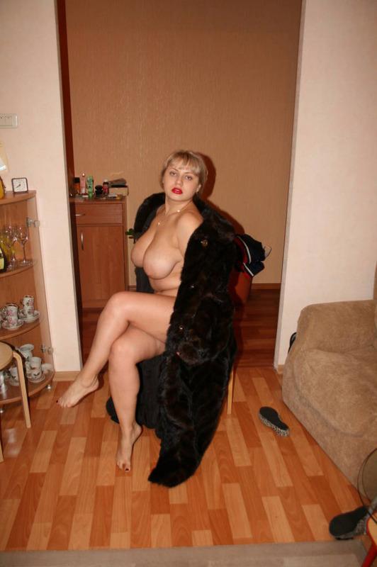 Сисястая пышечка заголяется и играет с фаллоимитатором дома