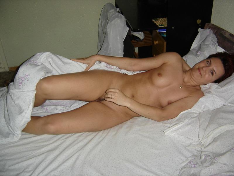 Возрастная дама делает минет в кровати
