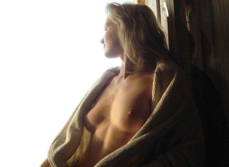 Молодая блондиночка любит брать в рот и наслаждаться кунилингусом в кровати
