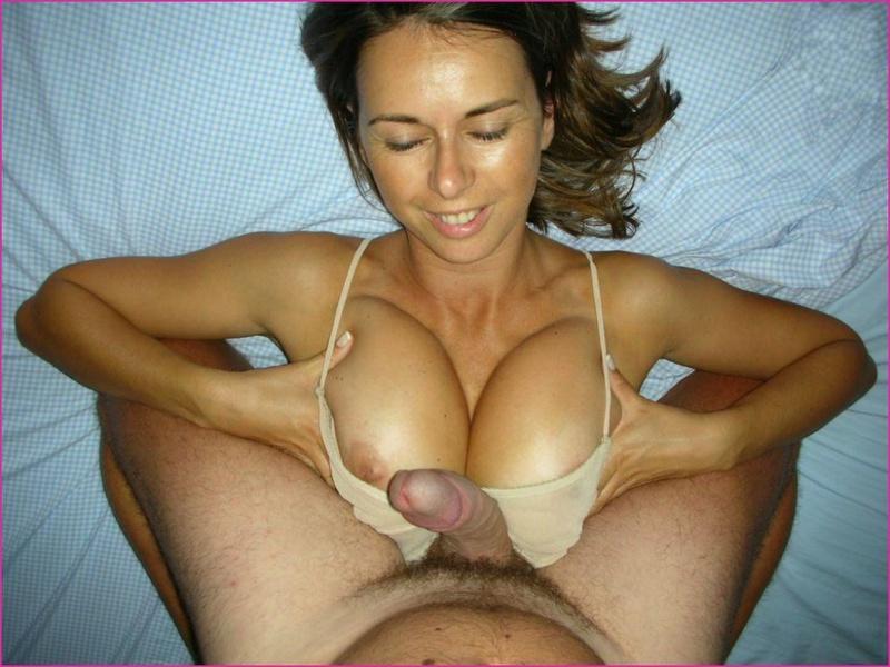 Сисястая мамаша намерена отсосать твердый пенис любовника у него в гостях