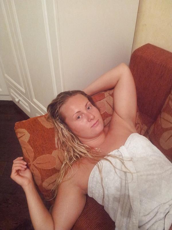 Оля в необычном костюме развела ноги лежа на постели