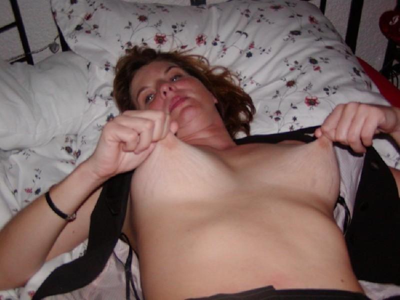Взрослая нимфоманка щипает себя за сосочки после минета