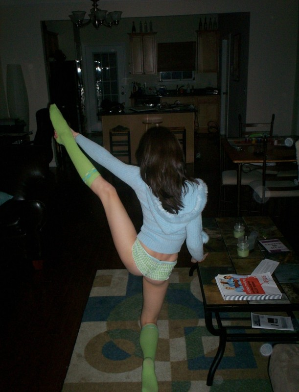 Кристина раскинула длинные ножки сидя на полу