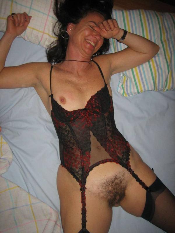 Итальянская мадам всегда готова сосать фаллос и демонстрировать пушистую пизду секс фото