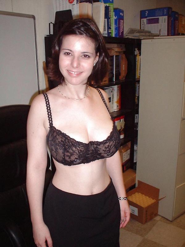 Грудастая мадам лижет член в серверной смотреть эротику