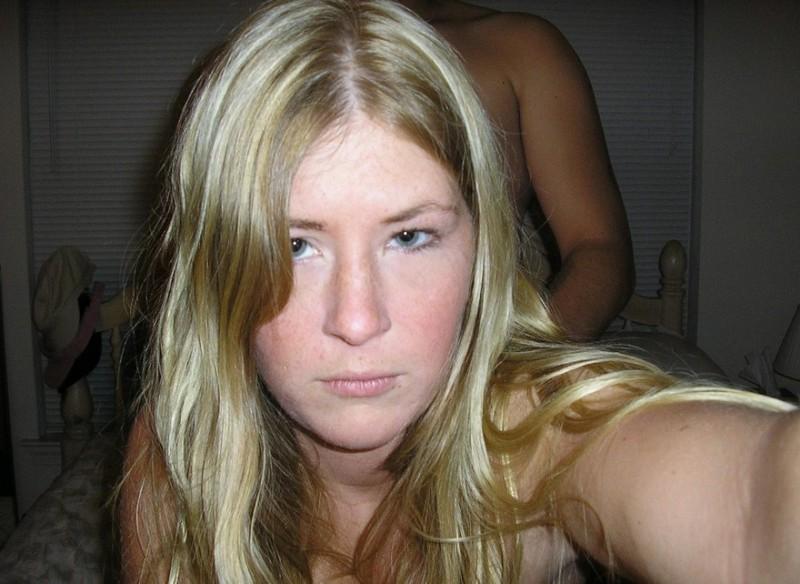 Блондинка совращает себя перед тем как отсосать