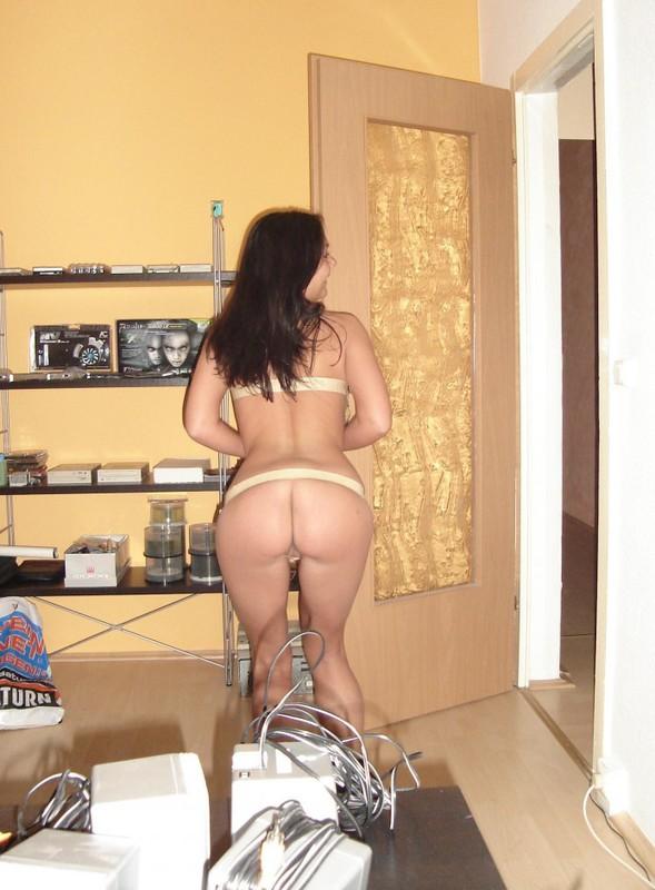 Давалка попросила супругу вставить игрушку в ее анал секс фото