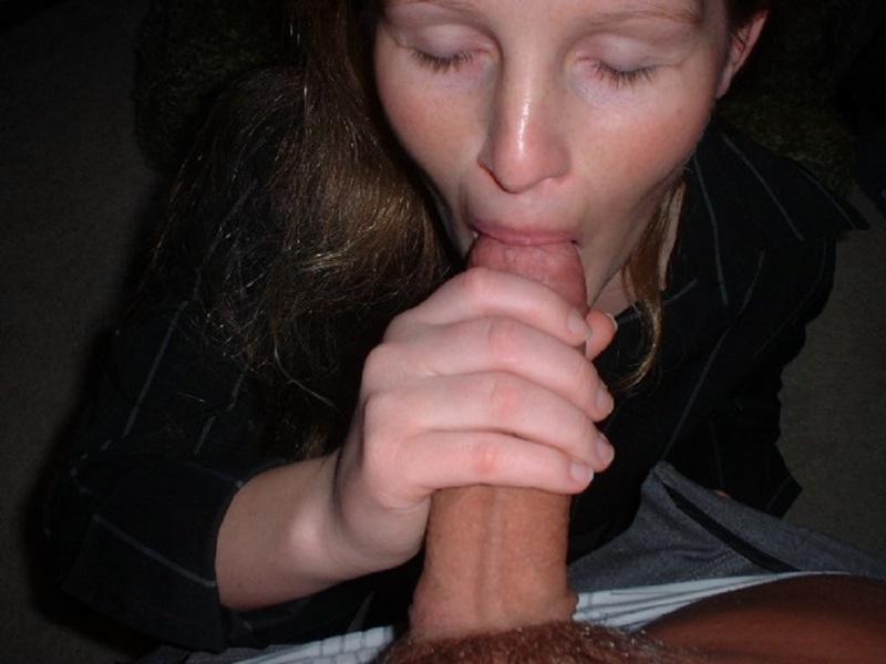 Рыженькая девка став на колени полирует гигантский пенис