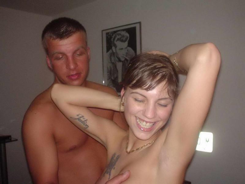 Пьяная барышня занимается групповухой на съемной квартире