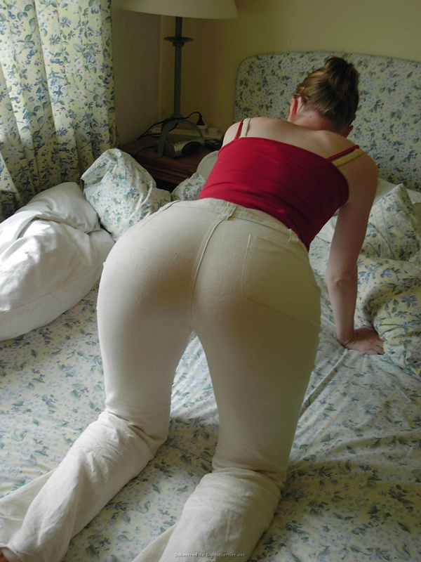 Фрау в своей комнате готова похвастать грудями и сосать секс фото